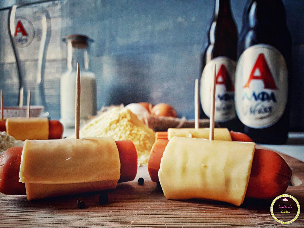 Corn dogs με καραμελωμένα κρεμμύδια-μπύρα-ΑΛΦΑ-μπύρα ΑΛΦΑ-λουκάνικα